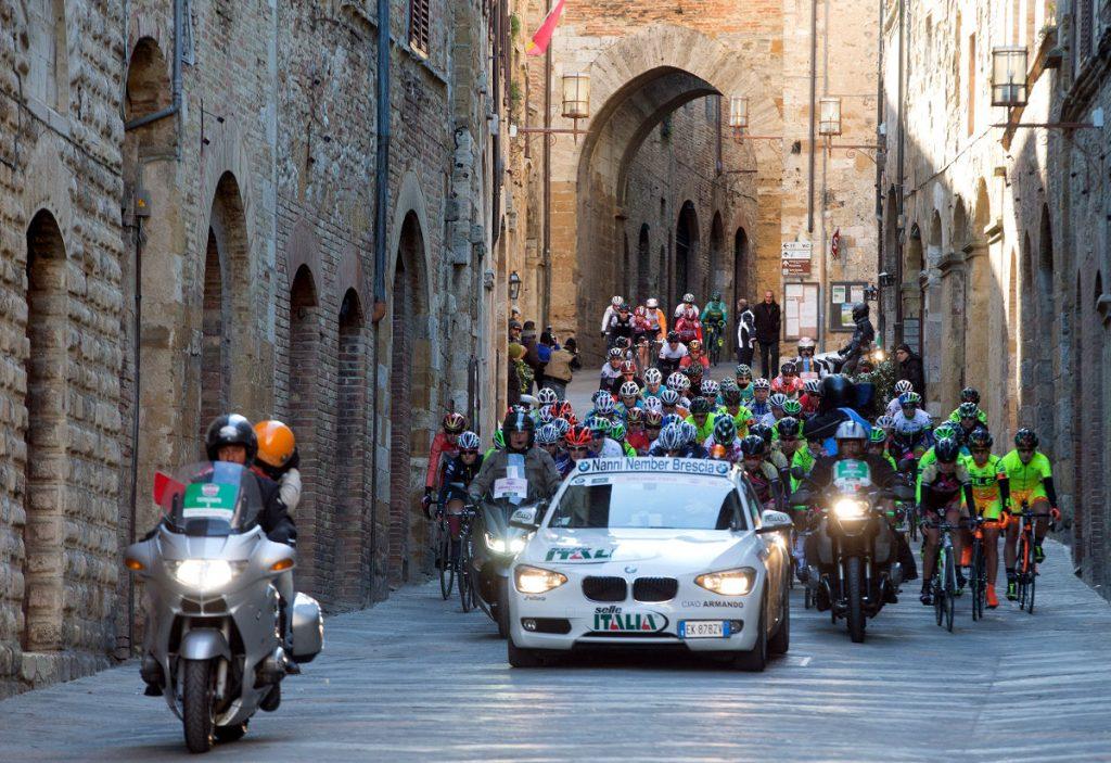 La partenza della corsa ciclistica Strade Bianche Women Elite da San Gimignano a Siena, 7 marzo 2015. ANSA/CLAUDIO PERI